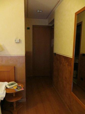 Amadeus Hotel: entrada ao apartamento com roupeiro ao fundo
