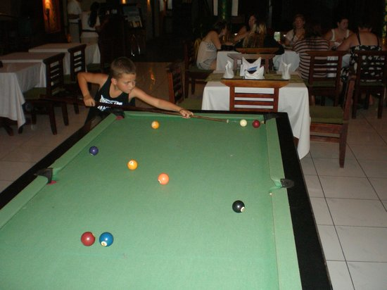 Adi Dharma Hotel: PLAYING POOL