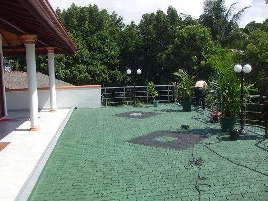 Lagoon Garden Hotel : Zimmeransicht mit Terrasse