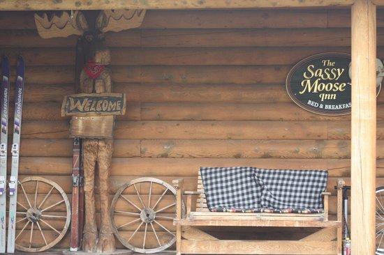 Sassy Moose Inn: Front porch comfort!