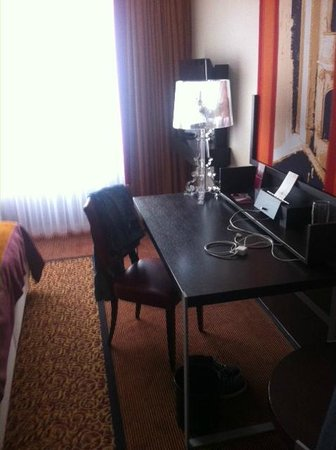 Mercure Hotel Muenchen City Center: The desk in the bedroom