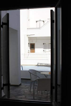 Nissos Thira Hotel : view from bedroom to patio