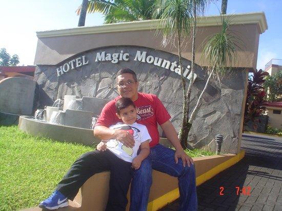 Hotel Magic Mountain: Entrada al hotel...