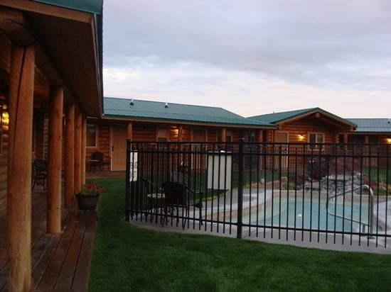 Cody Cowboy Village : View of courtyard cabins.