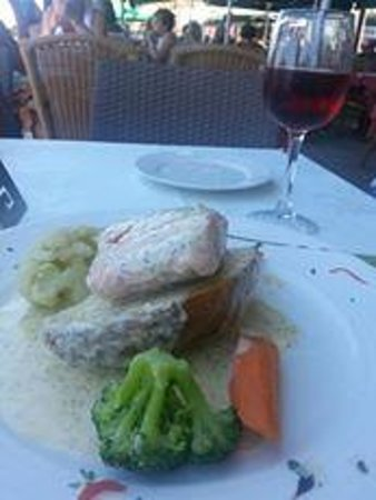 Molos Restaurant: Salmon poached in white wine with lemon and dill sauce - delicious!