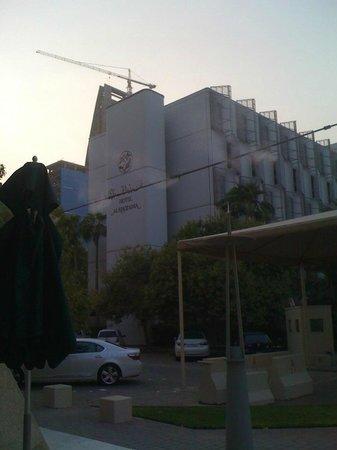 Hotel Al Khozama: Hotel from the Starbucks next door