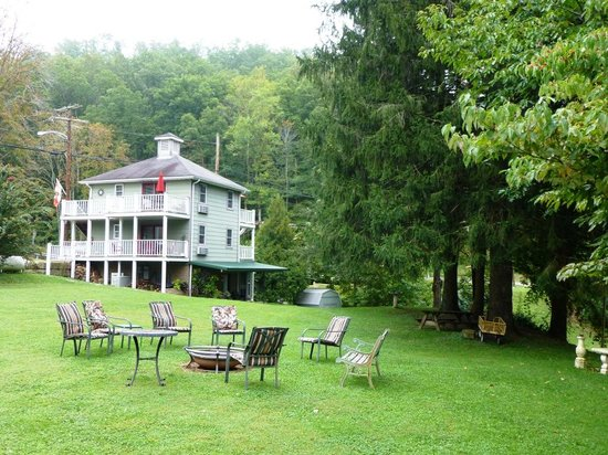Cafe Cimino Country Inn Restaurant : Cafe Cimino Lawn