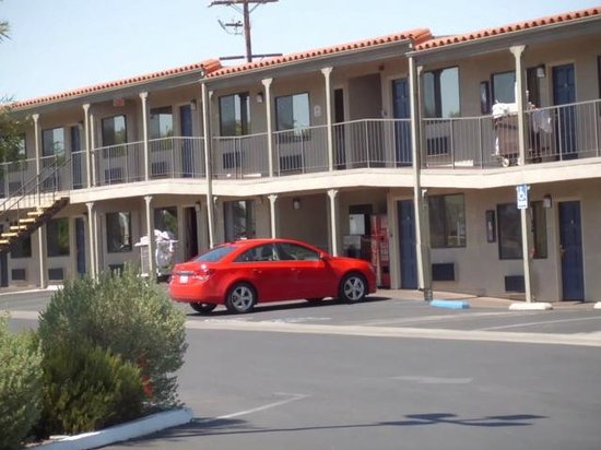 BEST WESTERN Desert Villa Inn: Parking in front of room