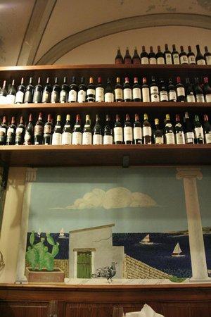 Enoteca Solaria: Detalle estantería de vinos