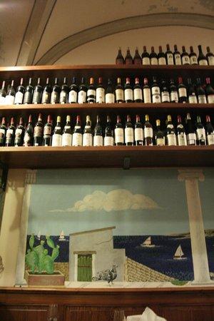 Enoteca Solaria: Estantería de vinos