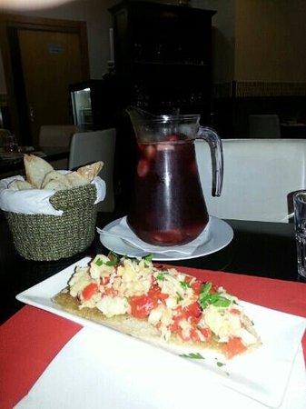 Trattoria Da Ugo: Sangria e crostone di baccalà e peperone