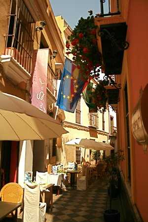 Hotel un Patio en Santa Cruz : Street outside hotel front door