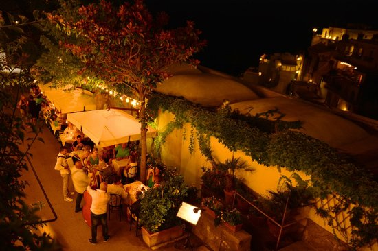 Dimora del Podesta: View of restaurant from balcony at night