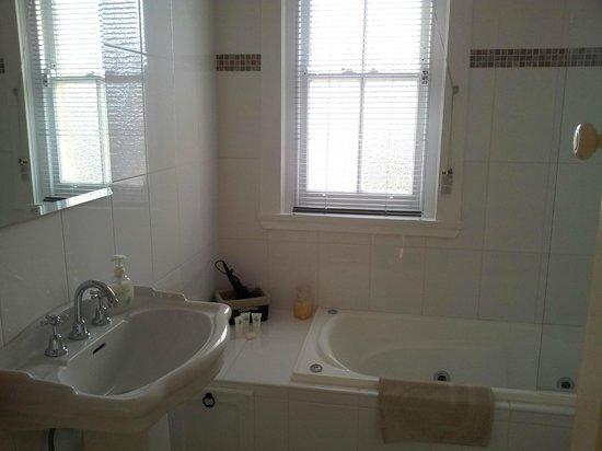 Lurline House: Spa bathroom
