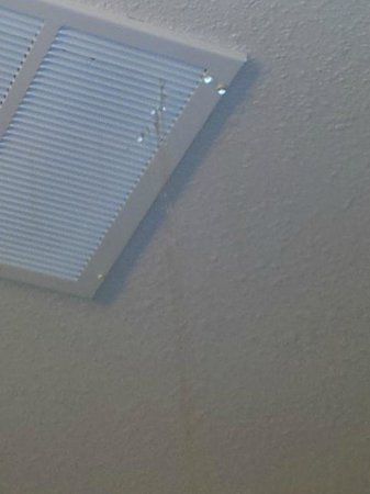 La Quinta Inn & Suites South Bend : Water coming from ceiling above.