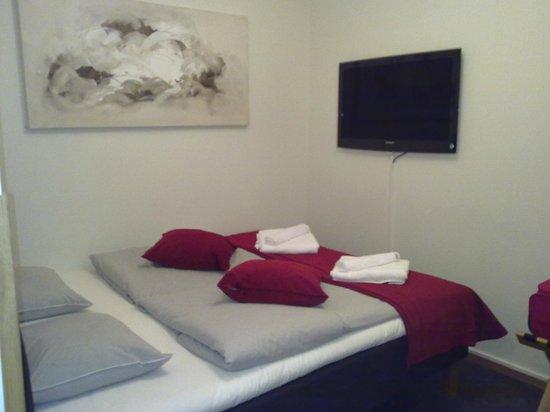 First Hotel Kungsbron: Stanza (letto, asciugamani, televisore lcd)