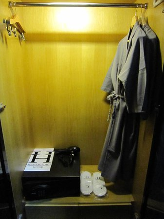 The Heritage Bangkok: Closet and Safety box