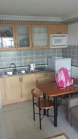 Apartamentos Fariones: kitchen
