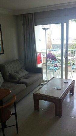 Apartamentos Fariones: sofa and balcony
