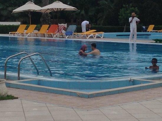 Eden Village Yadis Hammamet : Femme entièrement habillée dans la piscine