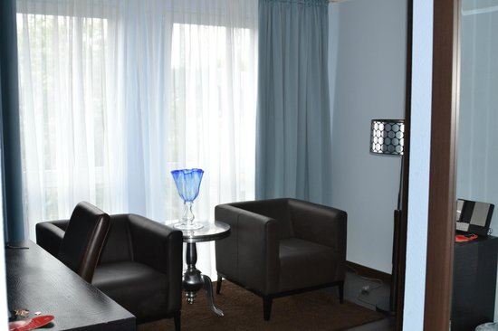 Mauritius Hotel & Therme : Sitting area w/desk, closet and safe