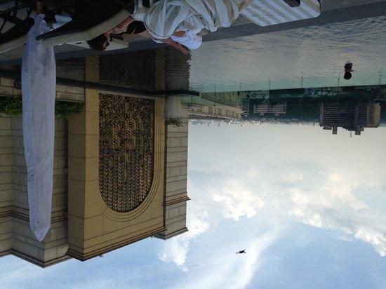 The Leela Palace New Delhi : Vista della piscina a sfioro all'ultimo piano dell'Hotel Leela Palace a Delhi