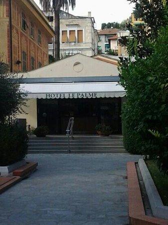 Hotel Le Palme: Ingresso dal cortile