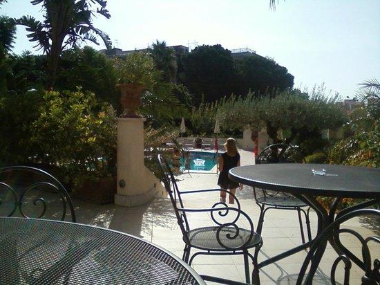 Villa Daphne: Дворик отеля