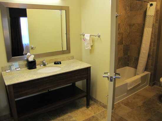 Hampton Inn & Suites Jamestown: Bathroom