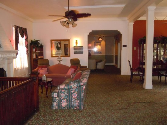 Copper Queen Hotel : The second floor has some great sitting areas to share a bottle of wine with friends.