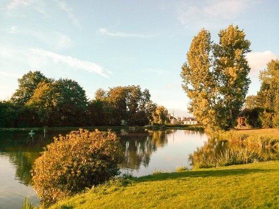 Camping L'escapade: On site lake!