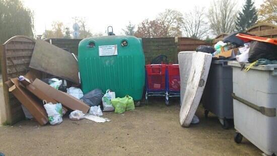 le local poubelle recto verso detritus partout photo de camping le parc de paris. Black Bedroom Furniture Sets. Home Design Ideas
