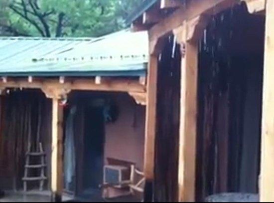 Canon del Rio Retreat & Spa: dousing rainfall makes terrific sounds on the roof at Canon Del Rio