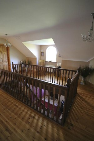 Loughrask Lodge Bed and Breakfast: Second floor landing