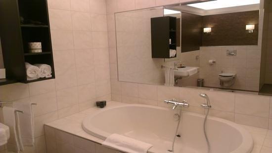 Hampshire Hotel - De Arendshoeve : er zijn ook kamers met bad, dit was een badkamer met een 2 persoonsbad