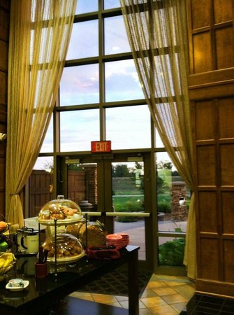 Sioux Falls ClubHouse Hotel & Suites: View of the huge windows overlooking the hotel grounds