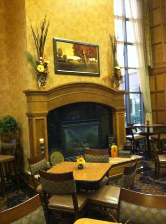 Sioux Falls ClubHouse Hotel & Suites: Gorgeous fireplace in the living room