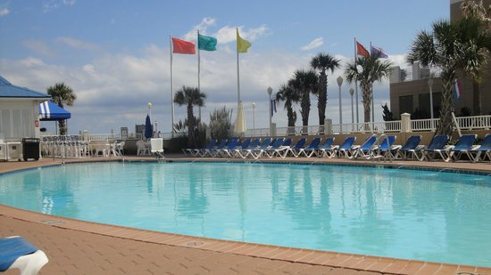 SpringHill Suites Virginia Beach Oceanfront: Awesome pool with plenty of chairs and umbrellas