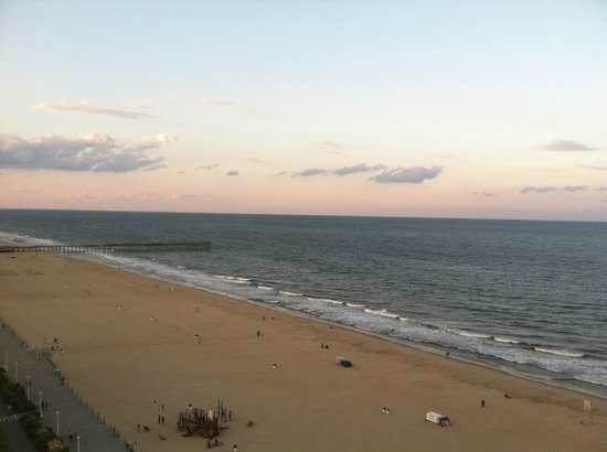 SpringHill Suites Virginia Beach Oceanfront : View of the ocean/beach from 14th floor balcony