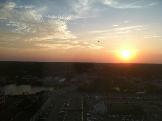 SpringHill Suites Virginia Beach Oceanfront : Sunset from hallway on the 14th floor