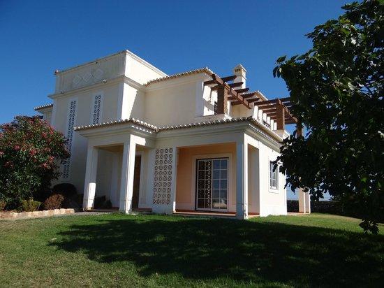 Colina da Lapa: Pool area towards villas