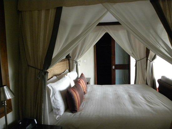 Four Seasons Safari Lodge Serengeti: Bed with closet in background