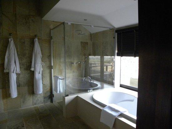 Four Seasons Safari Lodge Serengeti: Shower and part of tub
