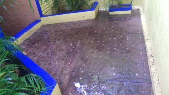Hostal Shalom: a la salida de mi habitación inundado!