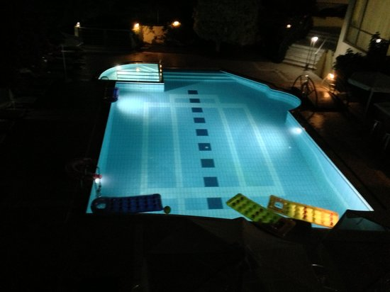 Yakinthos Hotel: swimming pool by night