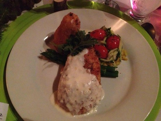 Bonnie View Inn: Herb crusted chicken with a champaign cream sauce