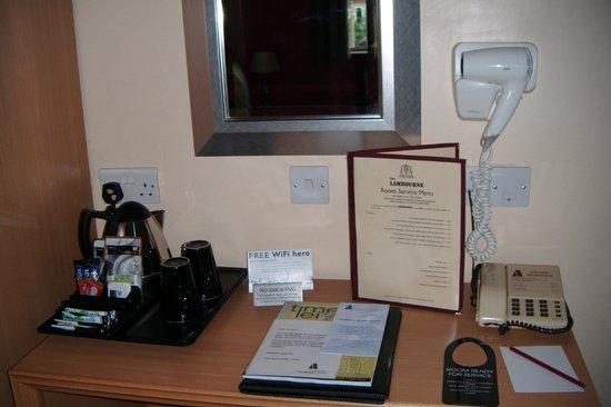 Antoinette Hotel Wimbledon: tea &coffee making facilities