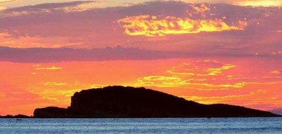 Bacan Serviced Apartments: Sunset view from harbourside bar.