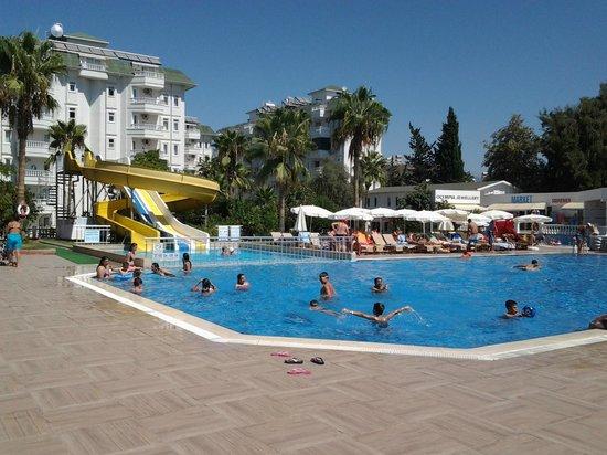 The Garden Beach Hotel: первый бассейн