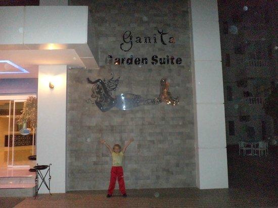 The Garden Beach Hotel: название отеля на ресепшине